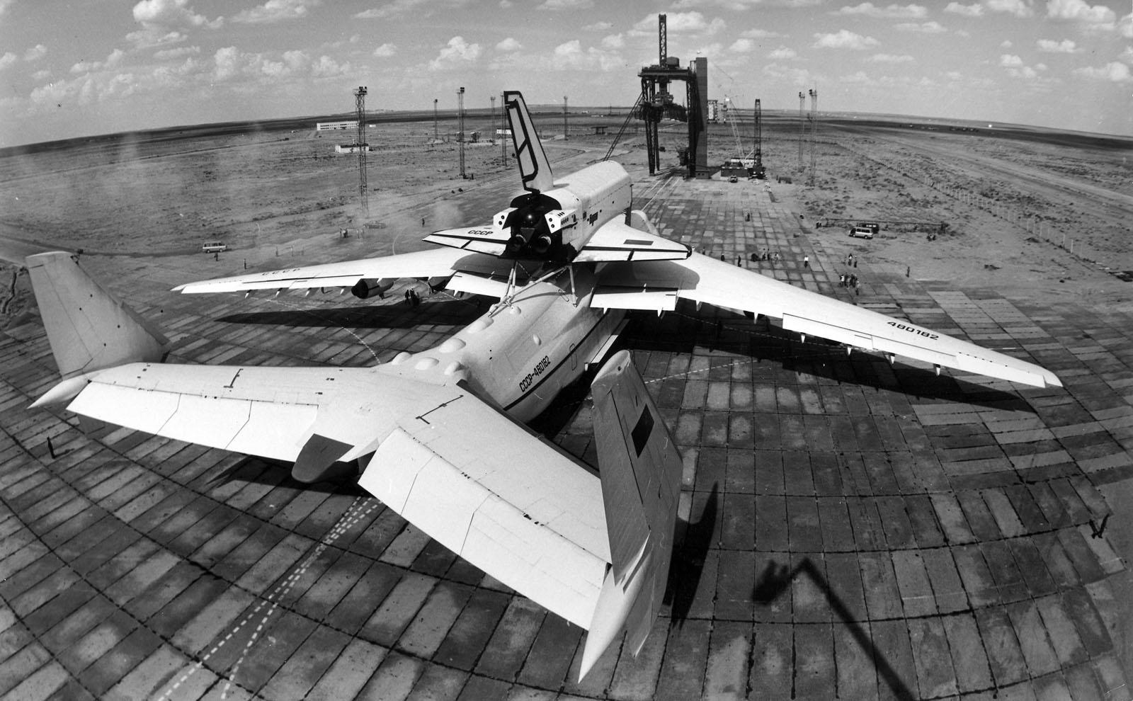 Transport sur le dos d'un antonov an-225, le plus grand avion jamais
