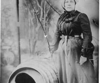 Annie-Edson-Taylor-chute-niagara-tonneau-tomber-cascade-01.jpg