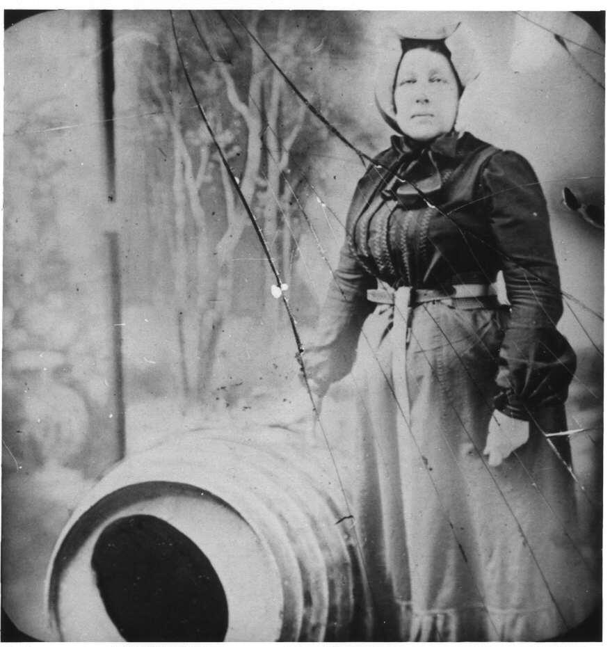 Annie Edson Taylor chute niagara tonneau tomber cascade 01 Ils ont descendu les chutes du Niagara en tonneau