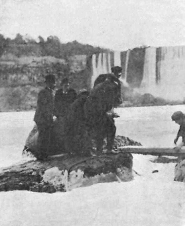 Annie Edson Taylor chute niagara tonneau tomber cascade 10 Ils ont descendu les chutes du Niagara en tonneau