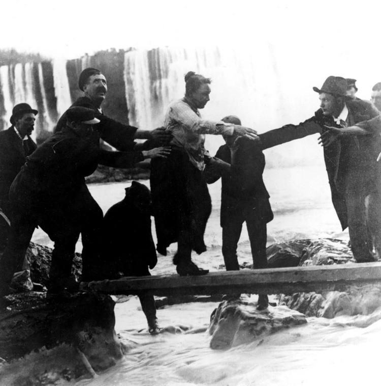 Annie Edson Taylor chute niagara tonneau tomber cascade 11 Ils ont descendu les chutes du Niagara en tonneau