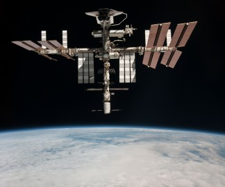 navette-spatiale-accroche-iss-station-spatiale-01