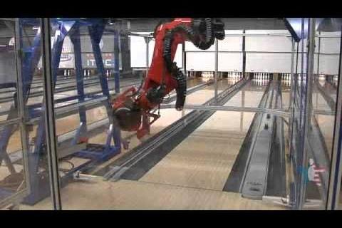 Un robot qui joue au bowling
