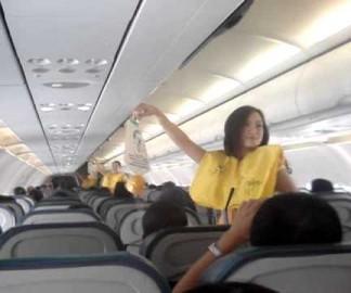 Consignes de sécurité dans un avion en musique par les hotesses