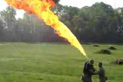 Démonstration d'un lance flamme de la 2ème guerre mondiale