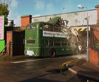 Un bus Anglais contre un pont