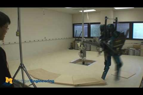 Un robot qui tombe et se casse une jambe