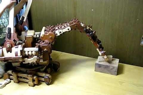 Une main robotique en bois