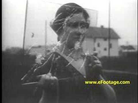 Test d'une vitre pare-balle en 1930