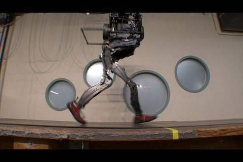 Un robot bipède qui a le sens de l'équilibre