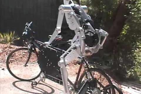 Un robot qui fait du vélo