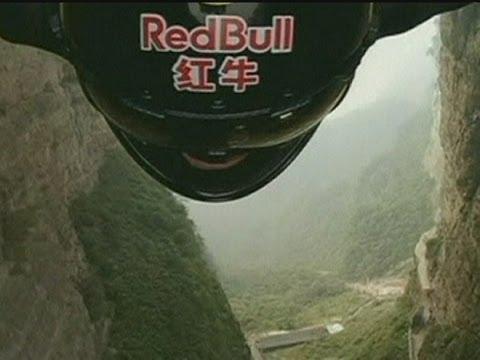 Jeb Corliss chute à travers une montagne
