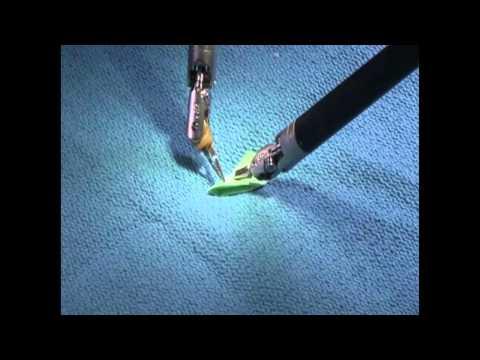 Un robot chirurgical plie un avion en papier et un bateau