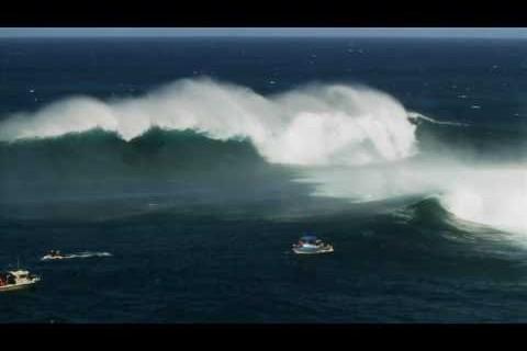 Skier une grosse vague à Hawaï
