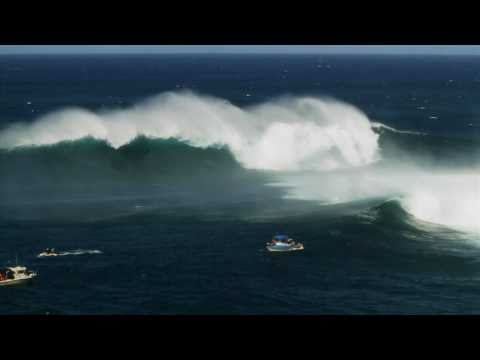 Skier une grosse vague à Hawaï