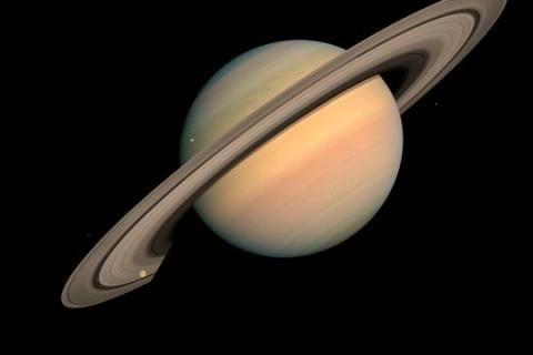 Survolez Saturne