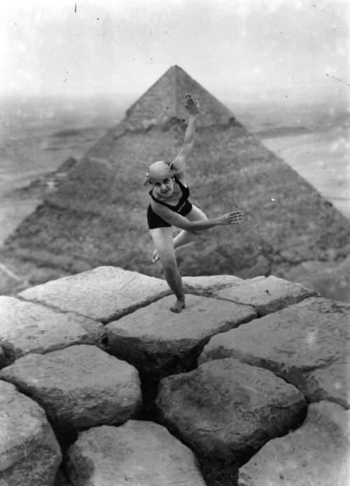 danse sommet pyramide Giza Danser au sommet de la pyramide de Gizeh