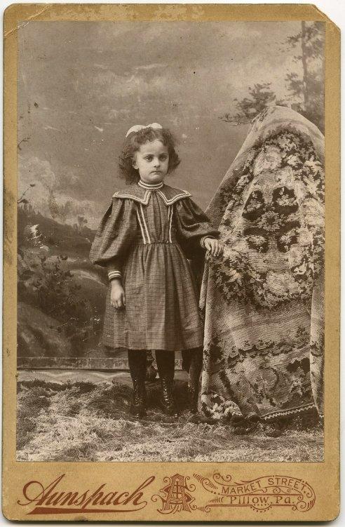 Les mères cachées des portraits anciens Maman-cache-vieille-photo-01