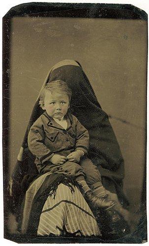 Les mères cachées des portraits anciens Maman-cache-vieille-photo-06