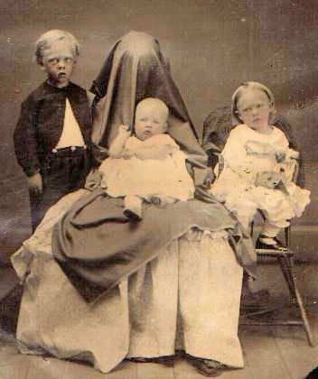 Les mères cachées des portraits anciens Maman-cache-vieille-photo-07