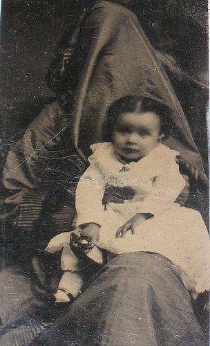 Les mères cachées des portraits anciens Maman-cache-vieille-photo-15