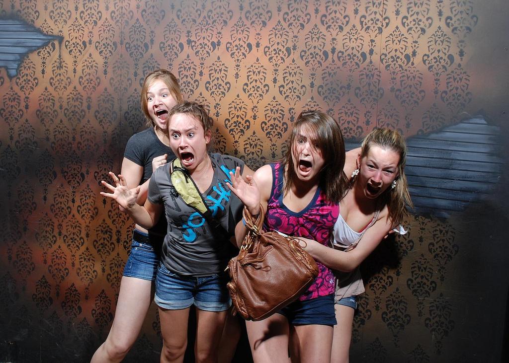 peur maison hante attraction 01 Des gens qui ont peur dans une attraction de maison hantée