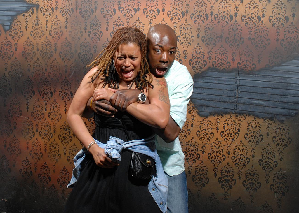 peur maison hante attraction 02 Des gens qui ont peur dans une attraction de maison hantée