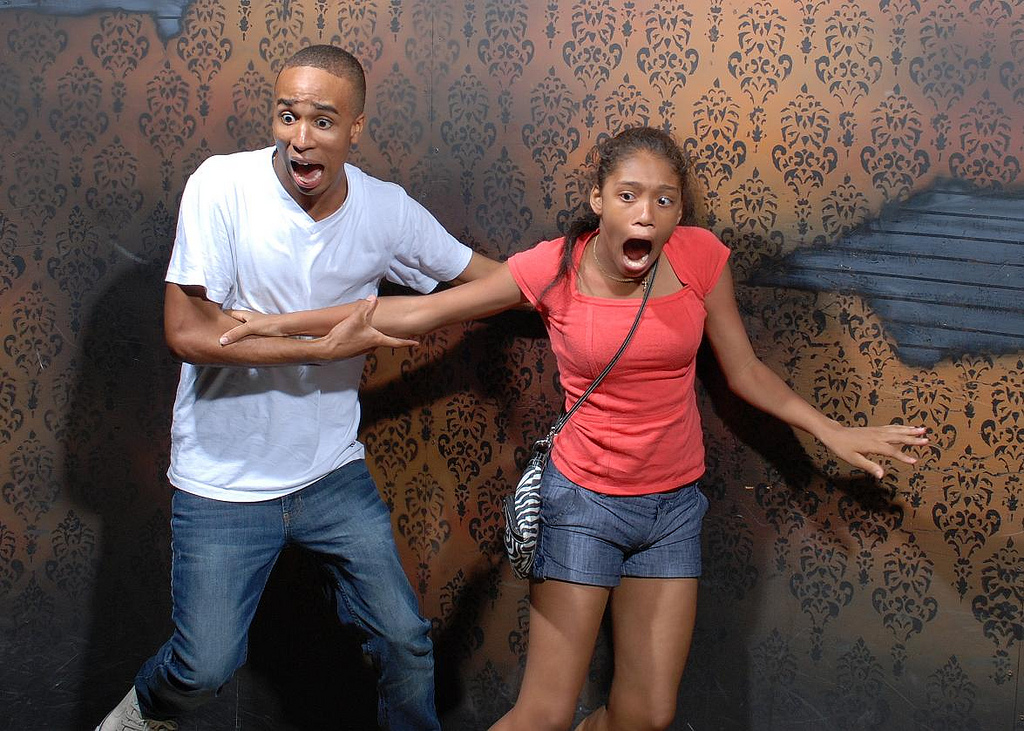 peur maison hante attraction 04 Des gens qui ont peur dans une attraction de maison hantée