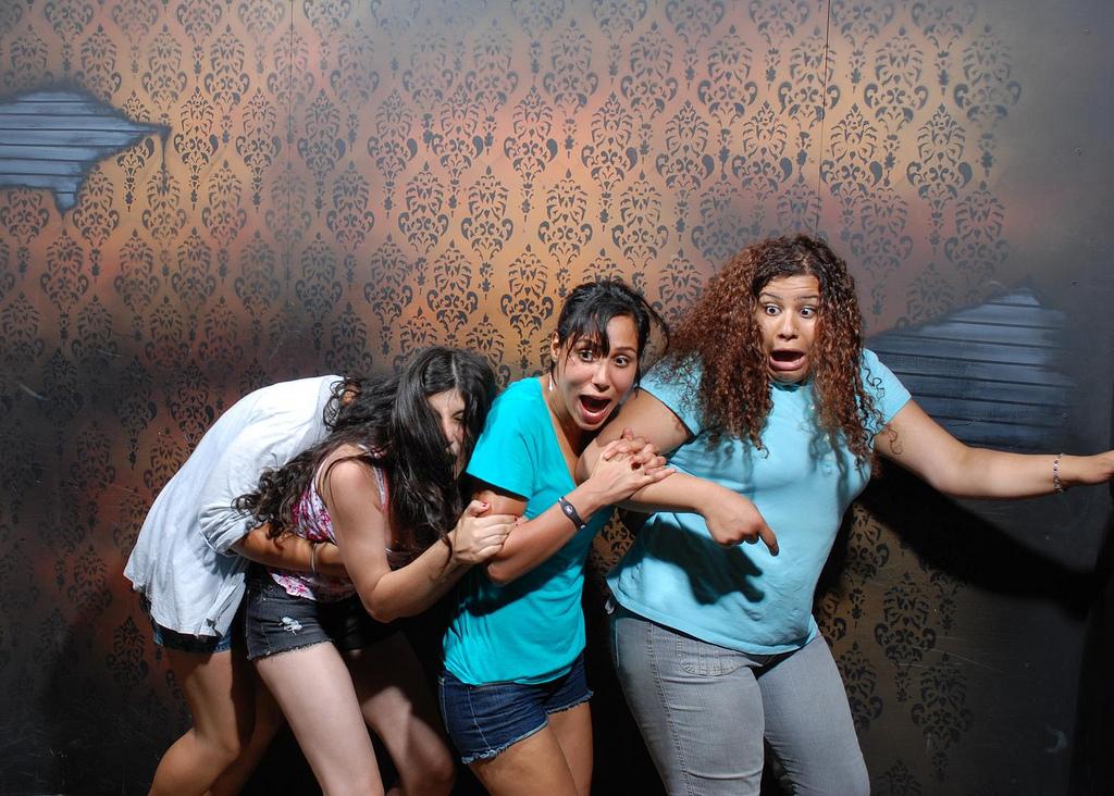 peur maison hante attraction 05 Des gens qui ont peur dans une attraction de maison hantée