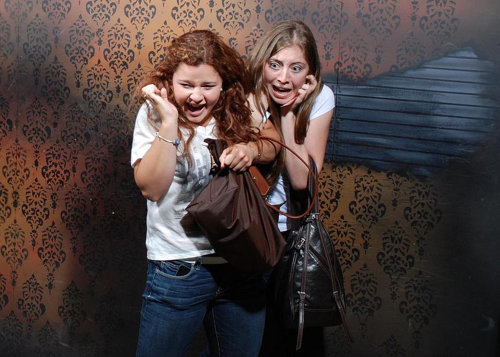 peur maison hante attraction 06 Des gens qui ont peur dans une attraction de maison hantée