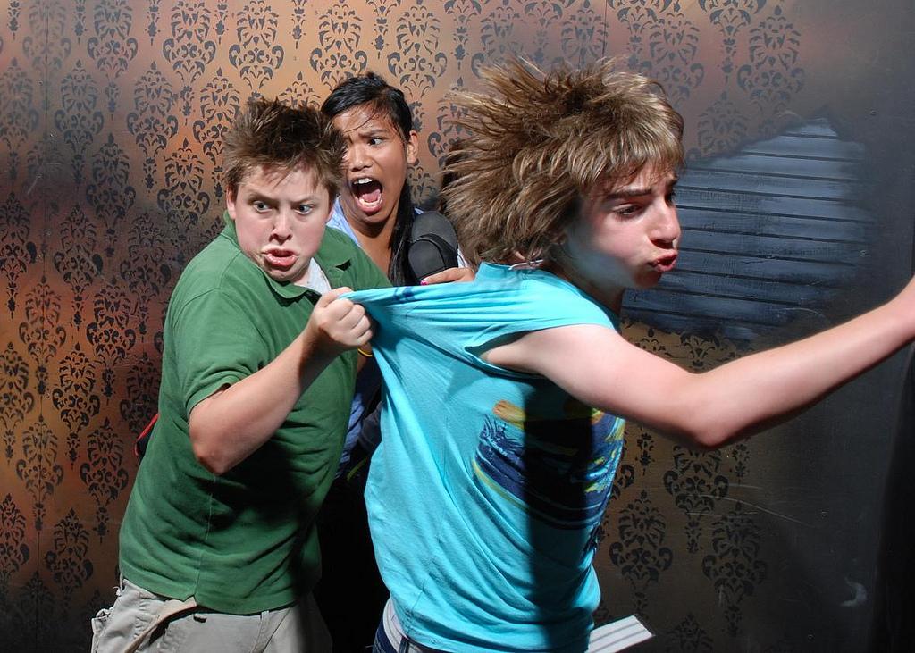 peur maison hante attraction 07 Des gens qui ont peur dans une attraction de maison hantée
