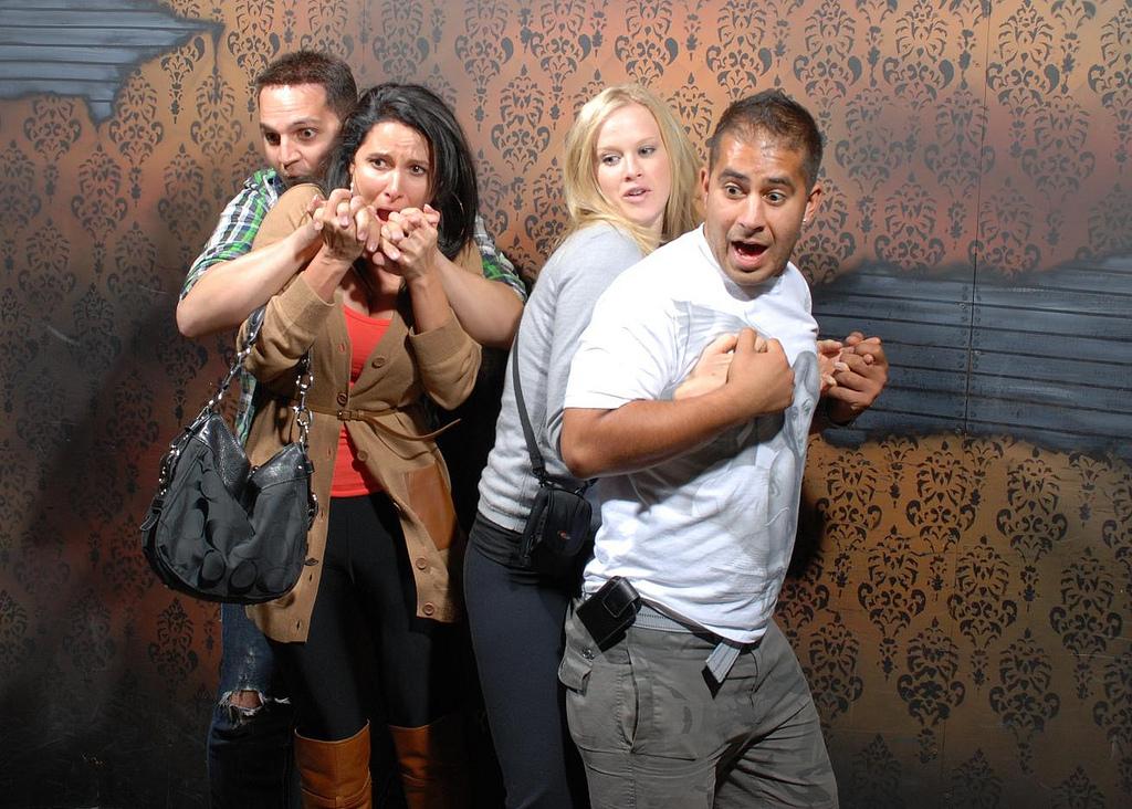 peur maison hante attraction 08 Des gens qui ont peur dans une attraction de maison hantée