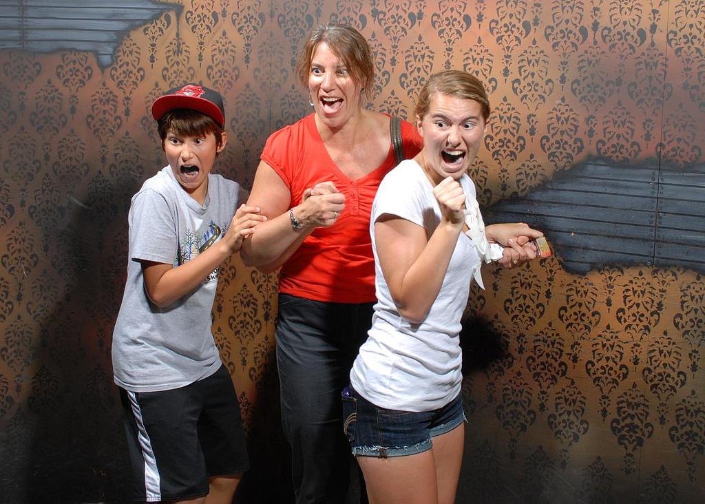 peur maison hante attraction 09 Des gens qui ont peur dans une attraction de maison hantée