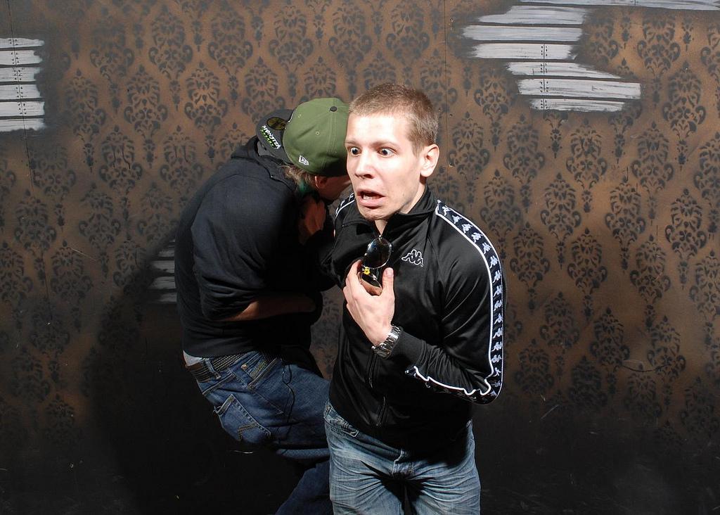 peur maison hante attraction 11 Des gens qui ont peur dans une attraction de maison hantée