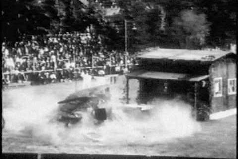 Une cascade avec une Ford Model T