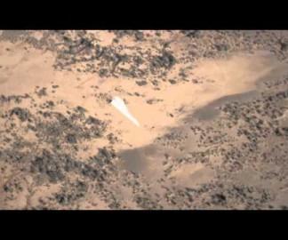 Un avion en papier géant