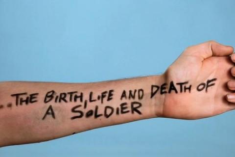 La vie d'un soldat avec une main
