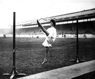 Une gymnaste danoise faisant une démonstration de saut en hauteur.