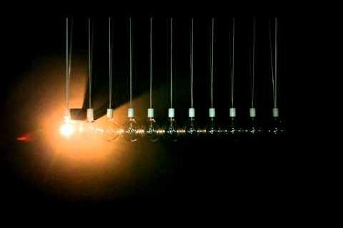Un pendule de Newton lumineux
