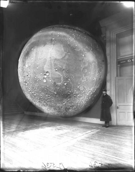 17mystere 439x560 [Mystère #17] Modèle de la Lune en 1898