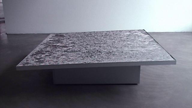 Une table et des billes de métal