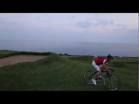 Des acrobaties avec un vélo du Tour de France