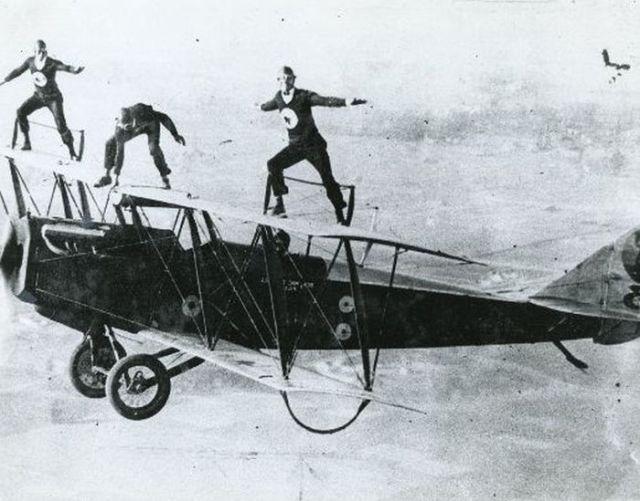 Des acrobaties sur des avions. Featured, Histoire, Photos anciennes. 78420db2553