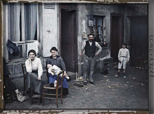 Une famille, rue du Pot-de-Fer par Stéphane Passet ©Musée Albert-Kahn - Département des Hauts-de-Seine