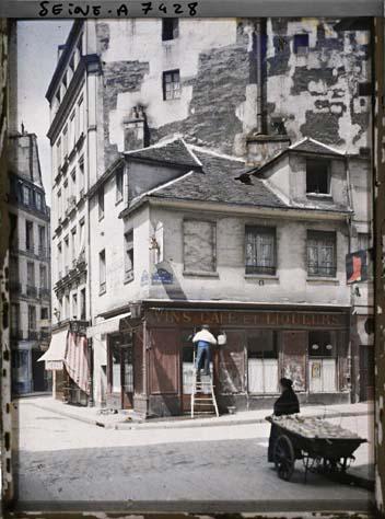 La rue du Haut-Pavé à l'angle de la rue de la Bûcherie par Stéphane Passet ©Musée Albert-Kahn - Département des Hauts-de-Seine