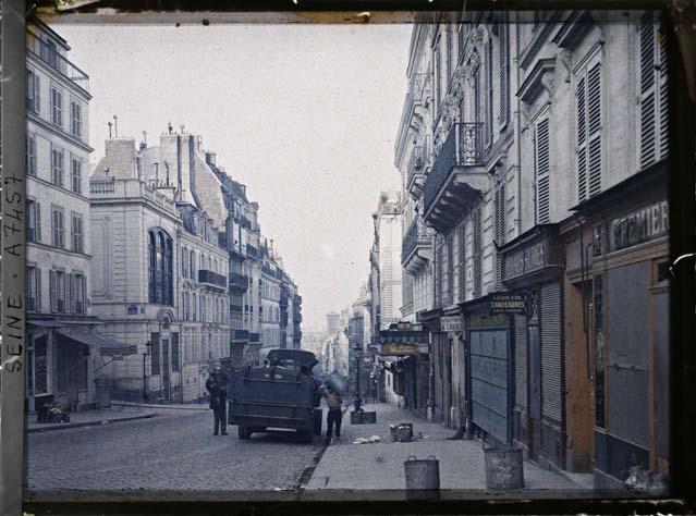 La rue des Martyrs en direction de l'église Notre-Dame-de-Lorette, avec à gauche la rue de la Tour d'Auvergne par Stéphane Passet ©Musée Albert-Kahn - Département des Hauts-de-Seine