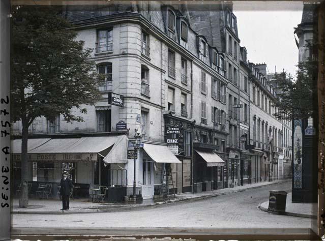 L'angle de la rue du Bac et du boulevard St-Germain par Stéphane Passet ©Musée Albert-Kahn - Département des Hauts-de-Seine
