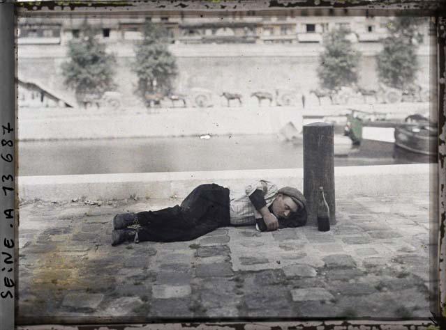 Un parisien endormi sur le quai des Célestins ©Musée Albert-Kahn - Département des Hauts-de-Seine