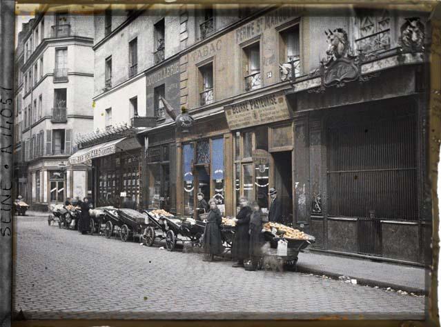 Des marchandes d'oranges, rue Basfroi par Auguste Léon ©Musée Albert-Kahn - Département des Hauts-de-Seine