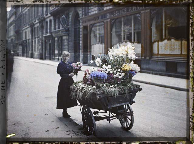 Une marchande de fleurs, en face du 53 rue Cambon par Auguste Léon ©Musée Albert-Kahn - Département des Hauts-de-Seine